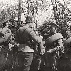 1-я рота 16-го стрелкового Императора Александра III полка, недавно вернувшаяся из боя и назначенная в почетный караул при встрече императора Николая в г. Самборе, в момент награждения, 1915 год.