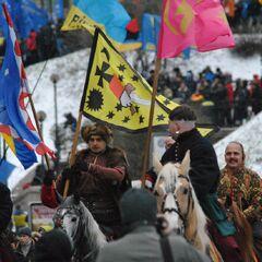 Среди митингующих были и исторические реконструкторы, которые, впрочем, никаких силовых действий не производили.