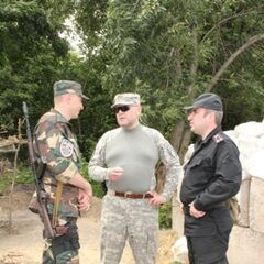 Командир Олег Краковский (справа) делится особенностями несения службы в зоне АТО с новоприбывшим командиром роты