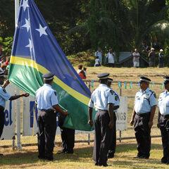 Офицеры RSIPF поднимают флаг Соломоновых Островов.