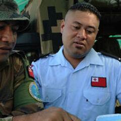 Полицейский (слева) и солдат из Тонга.