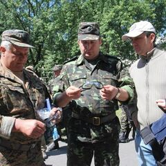 Военные пристально изучают полученные от волонтеров баллистические защитные очки.