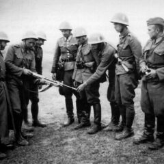 Словацкие солдаты осматривают трофейный ДП.