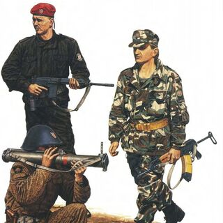 Хорватские войска в 1991 году: слева стоит боец ХОС, слева сидит солдат <a href=