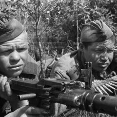 Советские солдаты с трофейным MG-34.