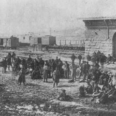 Конфедераты-военнопленные в Чаттануге в ноябре 1863 г. В это время город эффективно осаждался силами конфедератов после поражения Розенкранца. Некоторые все еще носят шинели, захваченные у солдат Союза в счастливые времена.