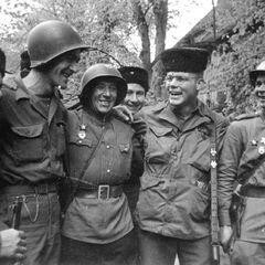 Встреча солдат Красной Армии с союзниками на Эльбе в ВМВ.