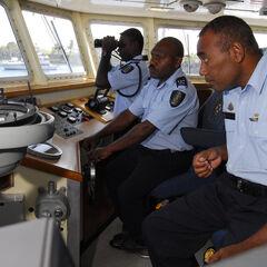 Офицеры полиции Соломоновых островов непосредственно наблюдают за обстановкой в территориальных водах с борта судна.