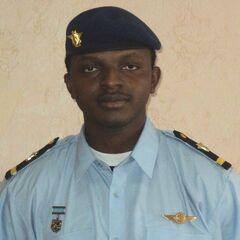 Военнослужащий ВВС Гвинеи, тот же принцип — знак на головном уборе (фуражке, берете) и на груди. На правой стороне груди — юбилейный знак Сызранского ВВАУЛ, в котором гвинейцы учились в 2006 - 2010 гг.