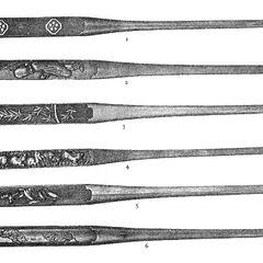 Сверху-вниз: <br />1. Сякудо, нанако. Два серебряных герба на рельефной пластине; <br />2. Медь. Фукурокудзю (бог счастья) в низком рельефе;<br /> 3. Сякудо, нанако. Выпуклый золотой бамбук, подписано Омори Мицуоко;<br />4. Железо, золото, серебро, медь и сибути. Изображены кролики в траве, подписано Масамицу Восточным (Хигаси);<br />5. Сякудо, нанако, клинок наполовину золотой, наполовину сякудо. Лилия на золотых и серебряных выпуклостях;<br />6. Сибуихи. Гравировка изображает двух бьющихся диких боровов, подписано Рюсенсаи Юкинага.