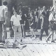 Битва на улице Марии Антонии, октябрь 1968 г. Стоит отметить, что противоборствующие стороны внешне не имели отличий, поэтому трудно определить, кто именно запечатлен на какой фотографии. Кроме того, стоит понимать, что не все студенты, напавшие на философский факультет, были членами CCC.