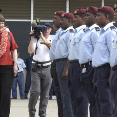 Визит Хелен Кларк, бывшего премьер-министра Новой Зеландии на Соломоновы Острова. Справа от неё расположен так называемый почетный караул. Вероятно, он собран из полицейских.
