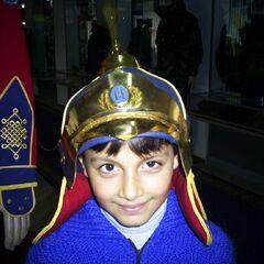 Ребенок примеряет шлем монгольских воинов из собрания музея.