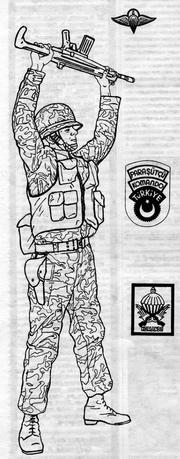 Турецкий десантник в полевой форме. квалифицированная нашивка парашютиста, нарукавная и нагрудная нашивки десантника-командос