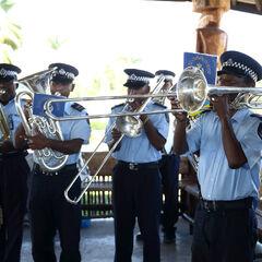 Оркестр в униформе, аналогичной униформе полицейских.