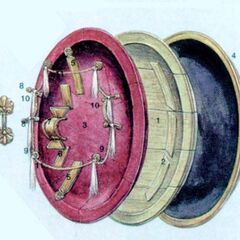 1. Сердцевину щита составляли деревянные доски шириной 20 - 30 см, склеенные между собой в один блок. Этот блок тщательно обрабатывался на токарном станке, пока не приобретал форму чащи. В данном случае чаша диаметром 82 см и глубиной 10 см. Окантовка щита шириной примерно 4,5 см. 2. Внутренняя поверхность щита усилена деревянными накладками, уложенными перпендикулярно направлению волокон сердцевины. Для внутренней накладки использовался тополь или ива. Плиний отмечает, что дерево должно было вырасти в воде, тополь и ива были наиболее гибкими. Подобная древесина, будучи пробитой,