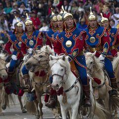 Монгольский почетный караул на лошадях выступают вовремя церемонии открытия фестиваля