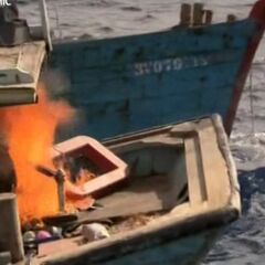 Браконьерское судно начинает гореть.
