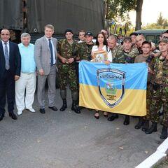 Бойцы батальона со своим знаменем в зоне АТО, лето 2014 г.