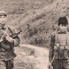 Бойцы НОАК ведут вьетнамского военнопленного, Вьетнамо-китайская война, 1979 год.