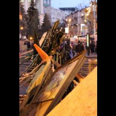Баррикады, которые протестующие построили вокруг майдана.