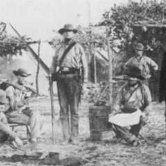 Рота Б из 9-го миссисипского полка, сфотографированная Д. Д. Едвардсом в Варрингтонском Военно-морском адмиралтействе, Пенсакола в 1861 г. Самый левый солдат опознан как Джеймс Пекуио, в клетчатых брюках, мешающий в сковороде — Кинлок Фалконер и человек с лопатой — Джон Феннел.