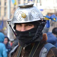 В связи с запретом на ношение касок, многие протестующие одели в качестве защиты различную металлическую посуду, что бы высмеять абсурдность принятого законопроекта от 16 января 2014 г.