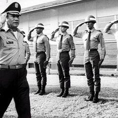 Панамские солдаты отдают честь Мануэлю Норьеге, 1985 г.