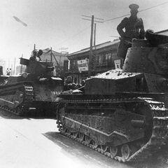 Колонна танков Тип 89 идёт по улице китайского города.
