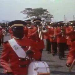 Императорский оркестр, имеющий униформу, аналогичную женщинам-гвардейцам, с одним лишь отличием в том, что вместо берета они носят фуражки, а вместо юбок — штаны.