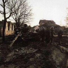 Пехотное отделение ЮНА двигается вглубь города, не взирая на потери бронетехники.