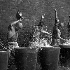 Монахи занимаются выработкой удара и медитацией. Монахи, которые хотели изучать боевые искусства, сначала должны были некоторое время просто бить по тарелке, наполненной водой. Это должно было научить их терпению и помочь выработать удар.