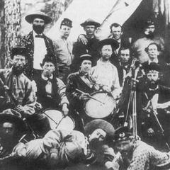 Рота А, 5-й пехотный полк добровольцев Джорджии, сфотографирована в мае 1861 г. Обратите внимание на комбинацию гражданских рубашек, довоенных высоких кепи и широкополых шляп.