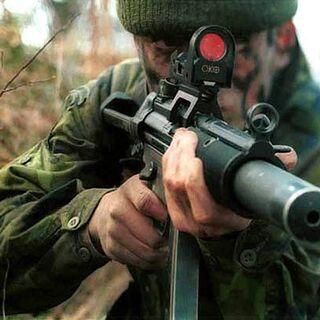 Британский морской пехотинец с MP5SD.