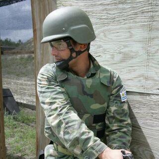 Уругвайский морской пехотинец на учениях.