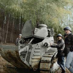 Французские танкисты и их Renault FT в тренировочном лагере. Июль 1917 года.