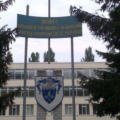 Изображение герба 101-й бригады и призыв гордиться службой в ней возле здании части.