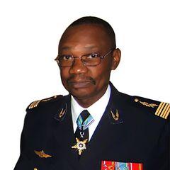 Полковник ВВС ЦАР в парадной форме. Знаки различия французские, петлицы — национальные.