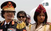 Gaddafi-with-a-female-gua-006
