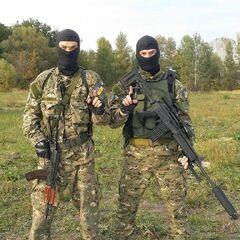 Бойцы батальона им. Дудаева, лето 2014 г. У бойца справа в руках находится <a href=