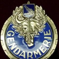 Знак почетного эскорта, который носится на портупее.