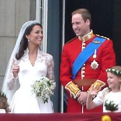 Принц Уильям (справа) на своей свадьбе был одет в форму Ирландской гвардии (за исключением синей ленты).