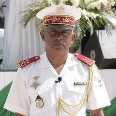 Бригадный генерал армии Мадагаскара в белой выходной форме. На фуражке заметна эмблема армии без круга (кольца).