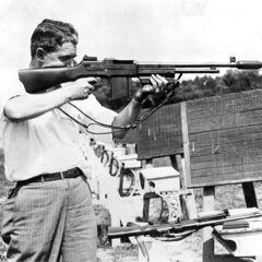 Офицер ФБР на стрельбище с полицейской версией BAR.