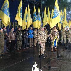 Сотники со знаменами своих сотень на сцене Майдана.