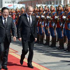 Президент Монголии Элбэгдорж Цахиагийн (слева) и Президент России Владимир Путин проходят мимо роты почетного караула ВС Монголии.