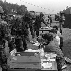 Члены 1-го батальона 28-й пехотной дивизии получают еду от люксембургских резервистов, 1982 год.