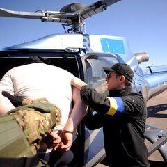 Ляшко сажает Игоря Хакимзянова в вертолет, что бы доправить того в Киев.