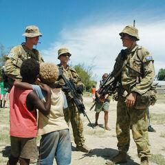 Австралийские солдаты общаются с местными детьми.