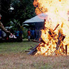 Сожжение оружия, отобранного у местных племен.